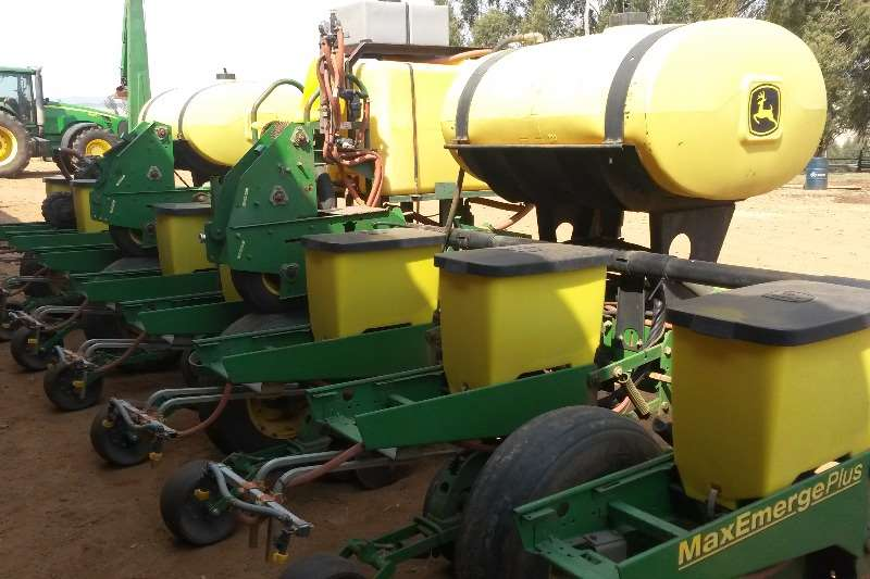 John Deere Other planting and seeding JD MaxEmergePLUS 8 ry planter 1750 Planting and seeding