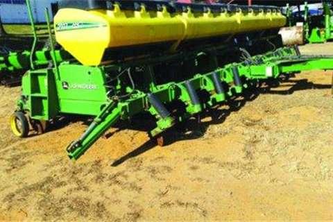 John Deere 2117- Tractors