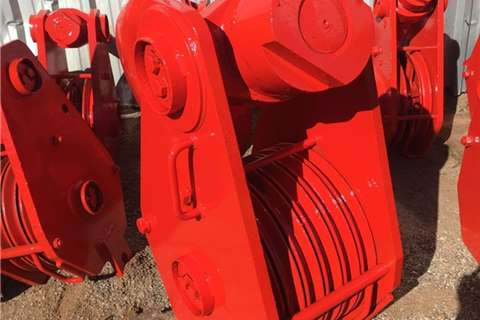 VARIOUS SIZED USED CRANE HOOKS Attachments