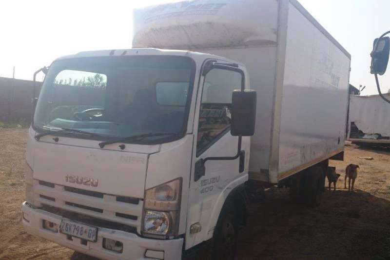 Truck Isuzu Closed Body 400 2010