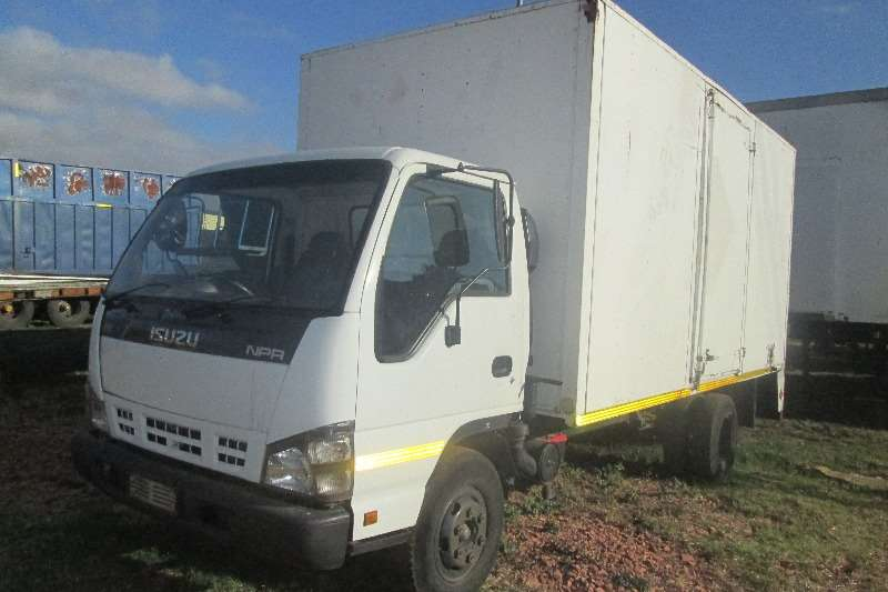Truck Isuzu Closed Body NPR 400 2007