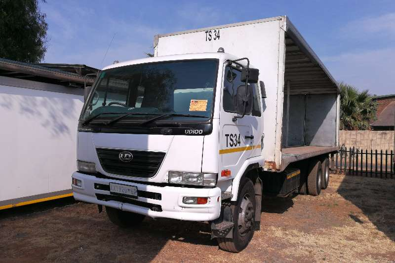 Nissan Curtain side UD 100 Truck