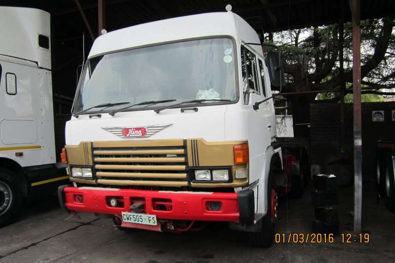 Truck-Tractor Hino  Double Axle 57:354 1997