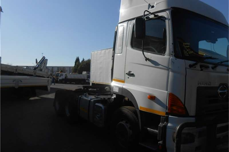 Hino  double axle HINO 700 2848 6X4 Truck-Tractor