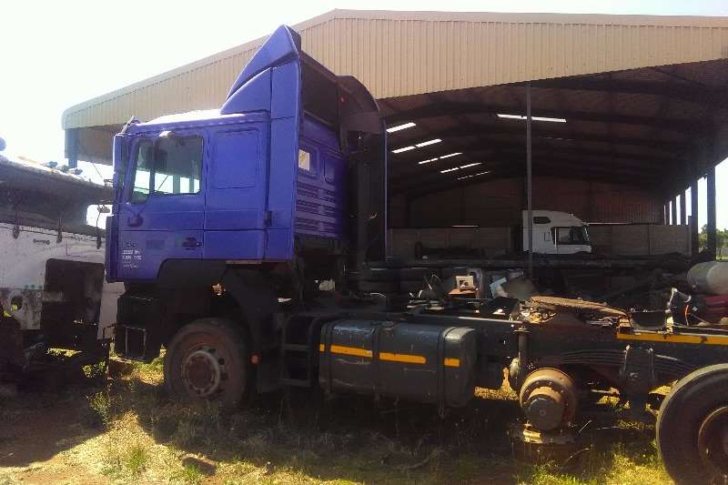 MAN  double axle 2002 man F2000 30-464 Truck-Tractor