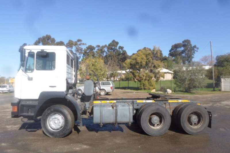 MAN  double axle MAN 33.374 F2000 with Hydraulics Truck-Tractor