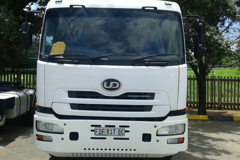 Truck-Tractor Nissan  Double Axle UD390 2009