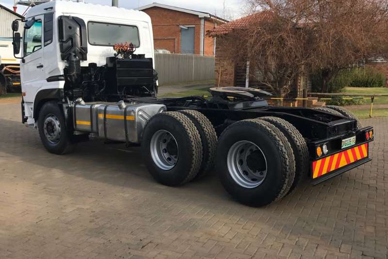 Nissan  double axle UD460 6x4 STD Roof Truck-Tractor