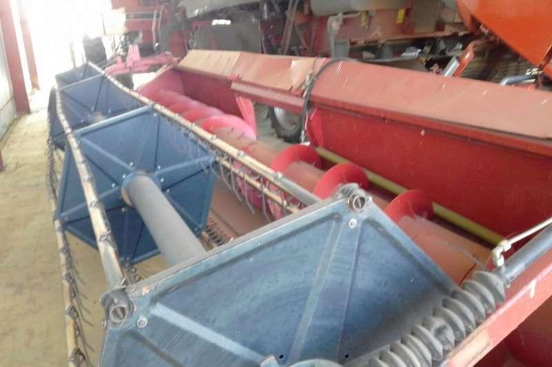 Case Wheat heads 1010 Case 22 FT Rigid Tafel. Prys R 80 000 00 Plus Combine harvesters and harvesting equipment
