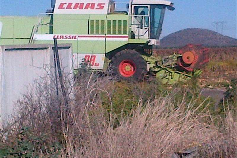Combine Harvesters and Harvesting Equipment Grain Harvesters Claas 98 Dominator with 24foot wheat table