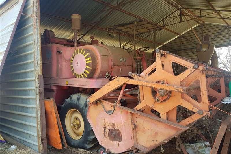 Grain harvesters Ou stroper Combine harvesters and harvesting equipment
