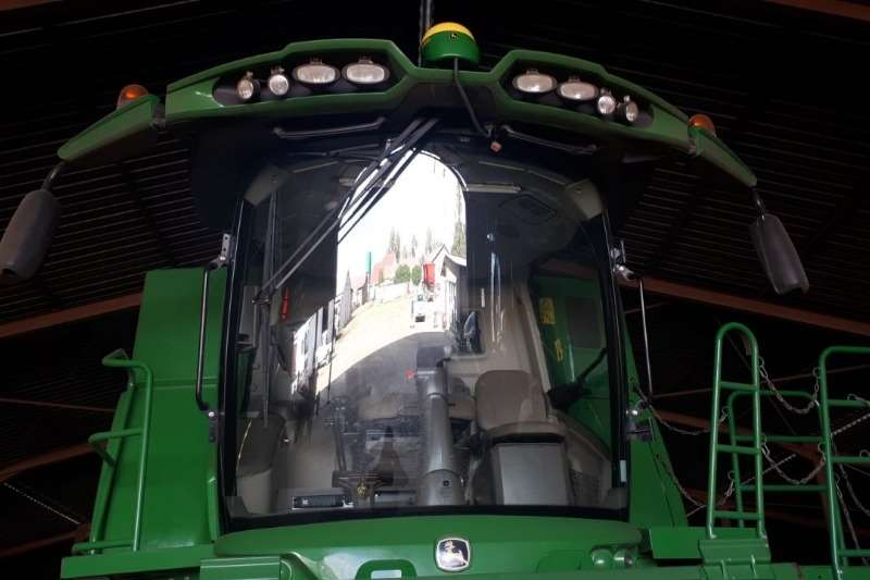 John Deere Grain harvesters John Deere S 680 Combine harvesters and harvesting equipment