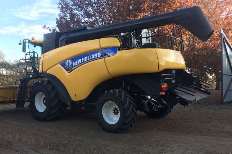 New Holland Grain harvesters New Holland CR 8070 Combine harvesters and harvesting equipment
