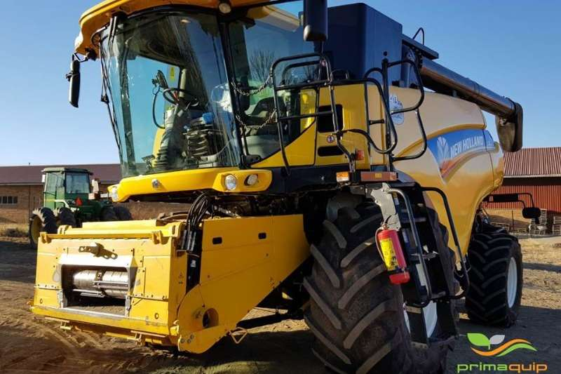 Combine Harvesters and Harvesting Equipment New Holland Grain Harvesters New Holland CR 8070 2015