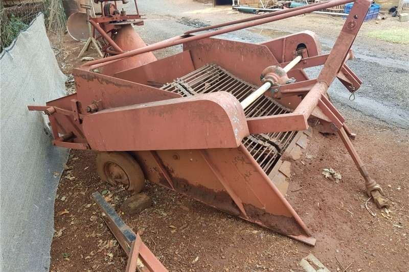 Combine Harvesters and Harvesting Equipment Potato Harvesters Aartappel uithaler