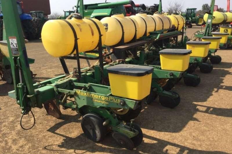 John Deere 1750 5 Row 5ft Plateless Liquid Planter Planting and seeding