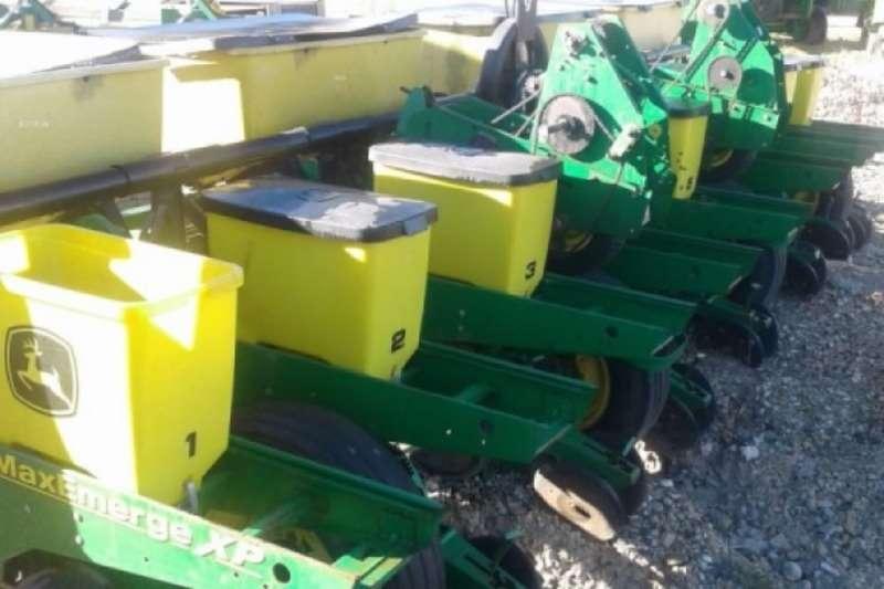 John Deere 1750 8 Row 0.76m Planter Planting and seeding