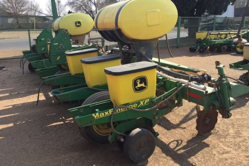 John Deere 1750 8 Row 0.9m Plateless Planter Planting and seeding