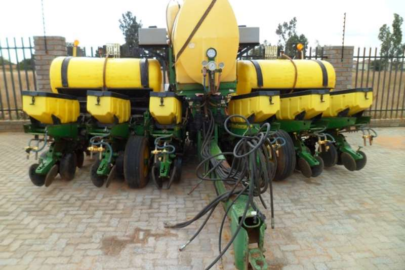 John Deere John Deere MaxEmerge XP, 6 Row Vacuum Planter Planting and seeding