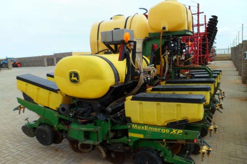 John Deere Row units John Deere MaxEmerge XP, 6 Row Vacuum Planter Planting and seeding