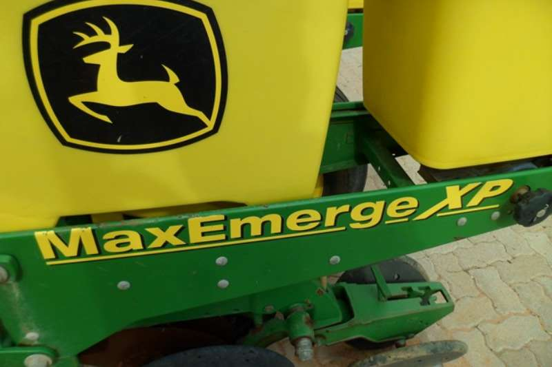 John Deere Row units John Deere MaxEmerge XP, 8 Row Planter Planting and seeding