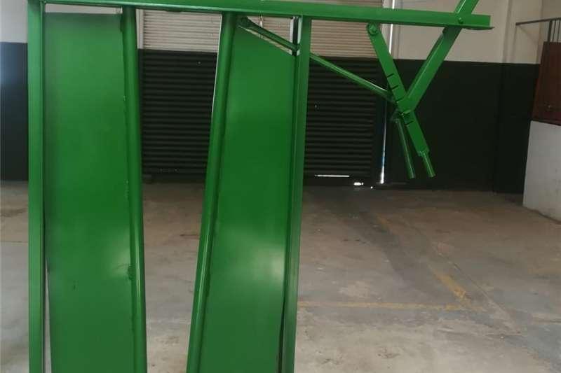 Livestock crushes and equipment Nekklampe vir Beeste Livestock handling equipment