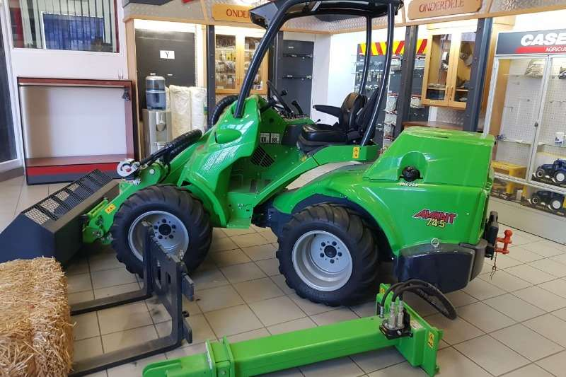 Machinery Av Avant 745 met Attachments