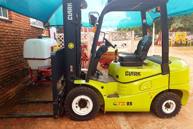 Machinery Clark Forklifts 2016