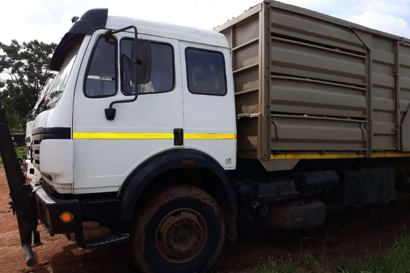 Mercedes Benz Trucks MERCEDES BENZ 1729 CATTLE CARRIER WITH CATTLE TRAI 1999