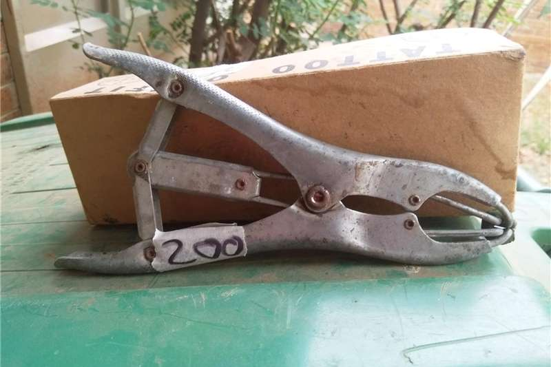 Castrating ring and eartag machine Other