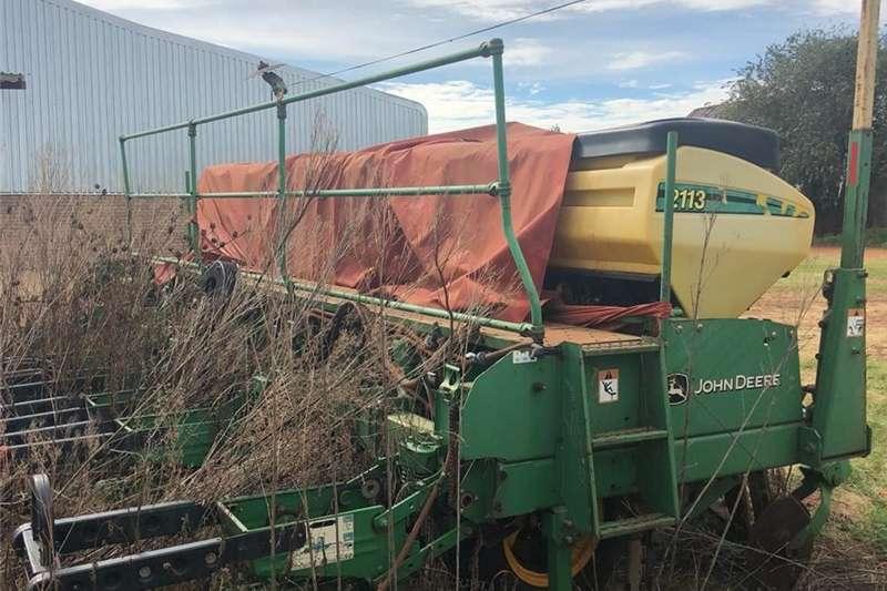Drawn planters John Deere 2113 No Till Planter 8 Ry 76cm met Gifs Planting and seeding
