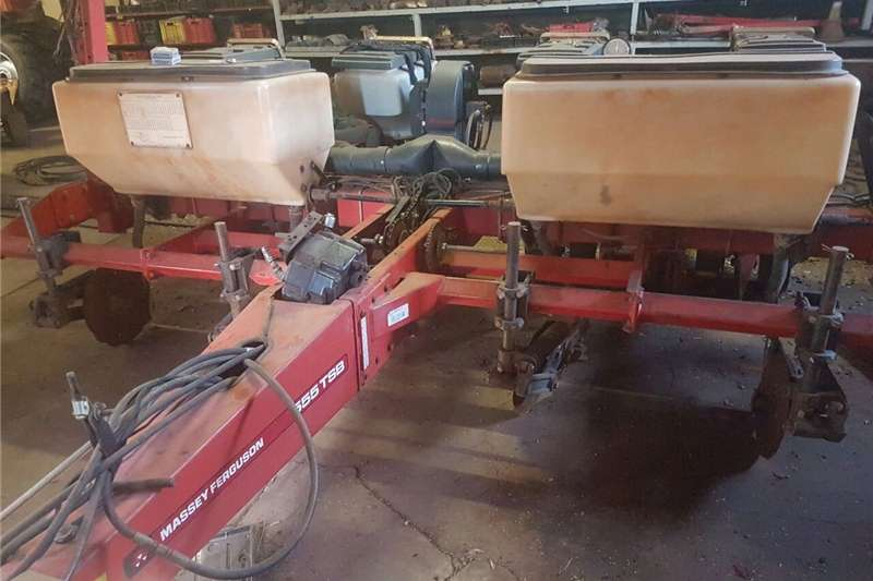 Drawn planters MF 555 planter for sale Planting and seeding