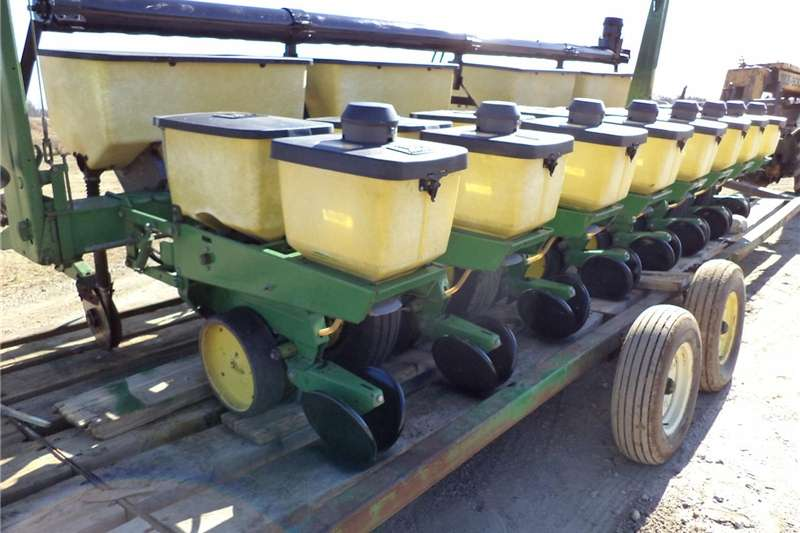 Planting and Seeding Integral Planters  John-Deere-7000-CORN-PLANTER-30-034-8-row-WITH-dr