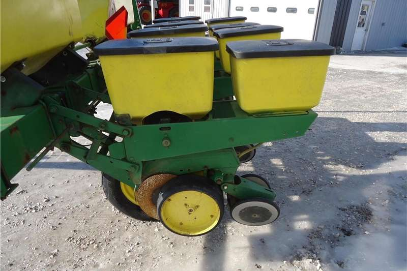 Integral planters John Deere 7000 Planter Planting and seeding