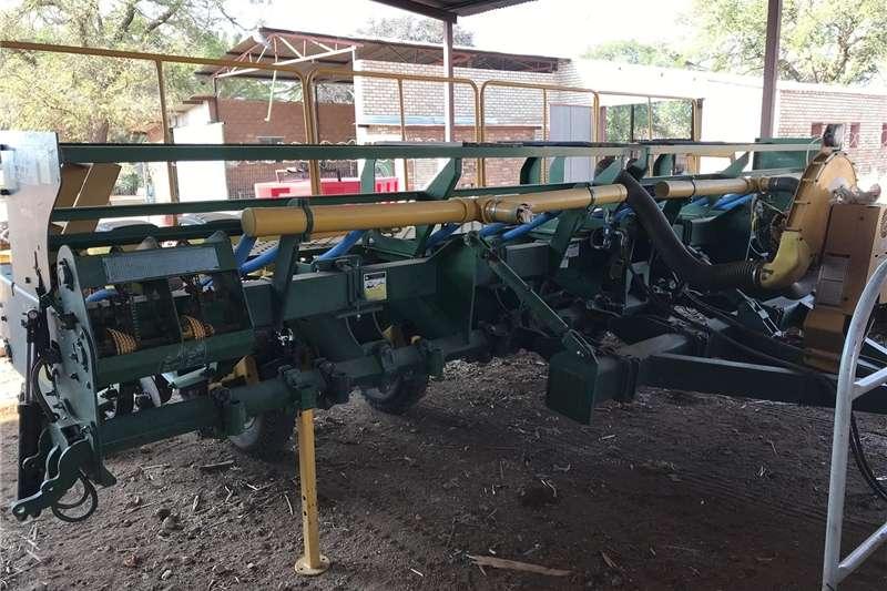 Planting and Seeding Integral Planters Notill Planter Tatu 12 Row With Monitor
