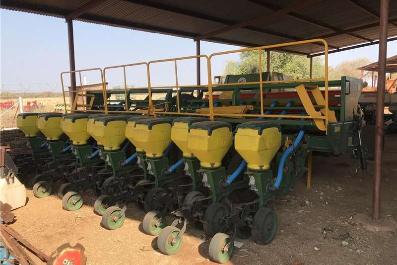 Integral planters Notill Planter Tatu 12 Row With Monitor Planting and seeding