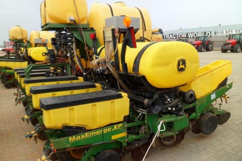 John Deere Row units John Deere MaxEmerge XP, 6 Row Vacuum Planter Planting and seeding