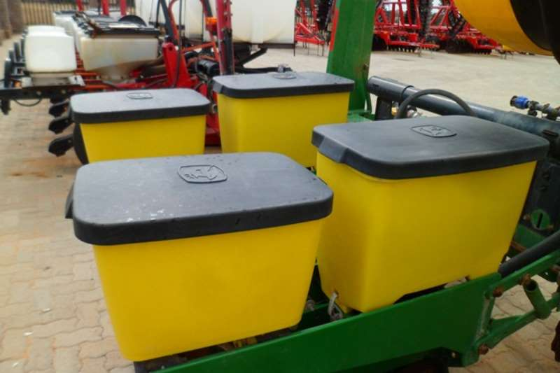 John Deere Row units John Deere MaxEmerge XP, 8 Row Planter Planting and seeding