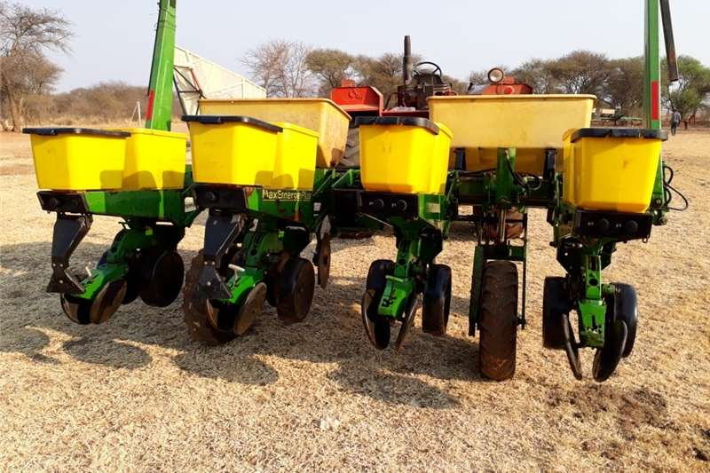 Other planting and seeding John Deere 4 ry planter 1750 max emerg Planting and seeding