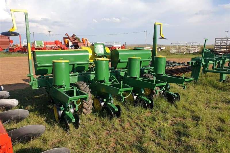 Row units John Deere 7000 4ry planter met gifspuit Planting and seeding