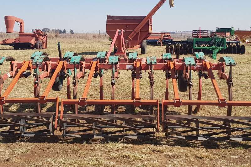 Chisel ploughs Kverneland 13 tand CLC Ploughs