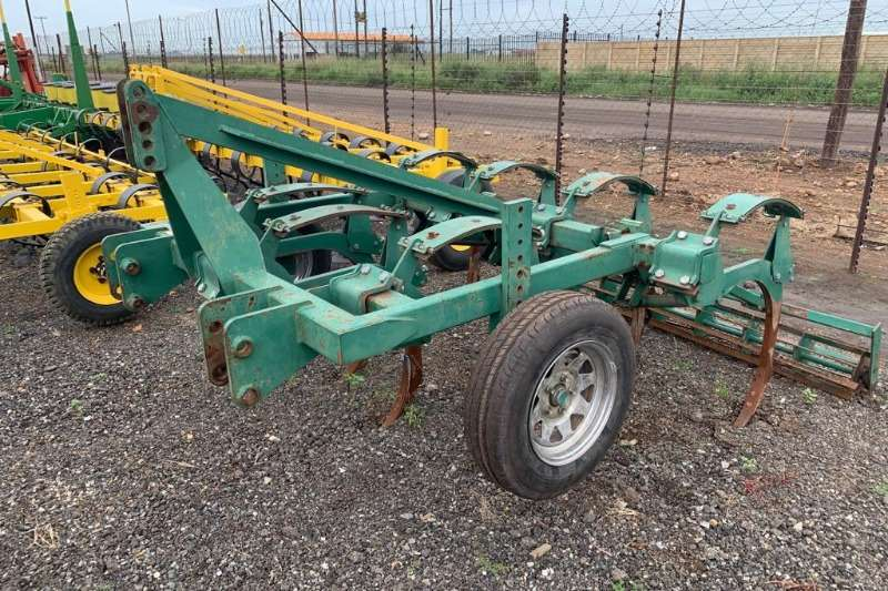 Chisel ploughs Rovic Super 18 7 Tune with   rollers. Ploughs