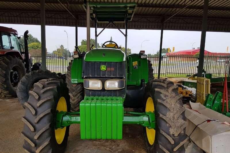 John Deere Four wheel drive tractors 2002 John Deere 6420 4x4 . Hy het 9600 ure op deur Tractors