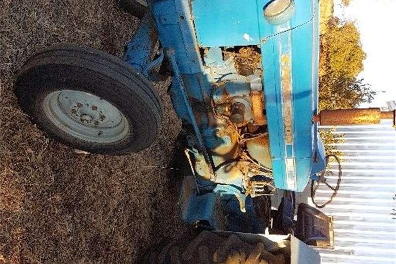 Two wheel drive tractors Ford 5000 en swaardiens slasher Tractors