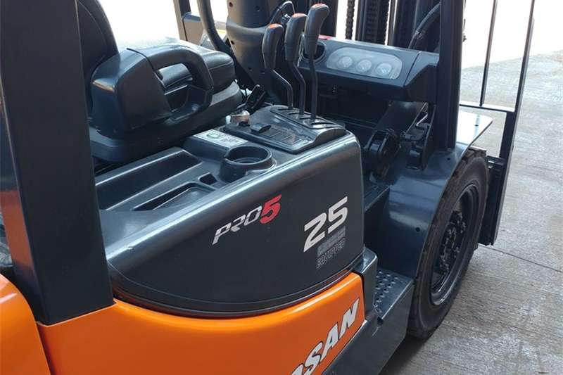 Four wheel drive DOOSAN D25G   2,5 TON DIESEL FORKLIFT FOR SALE! Utility vehicle
