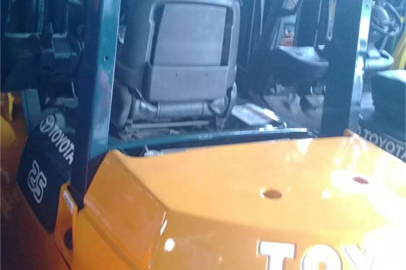 Forklifts Toyota 8 Series 2.5t Diesel S S  0