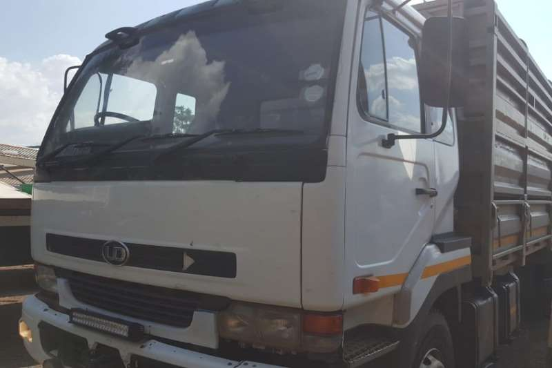 Nissan NISSAN UD 290 CATTLE TRUCK WITH TRAILER