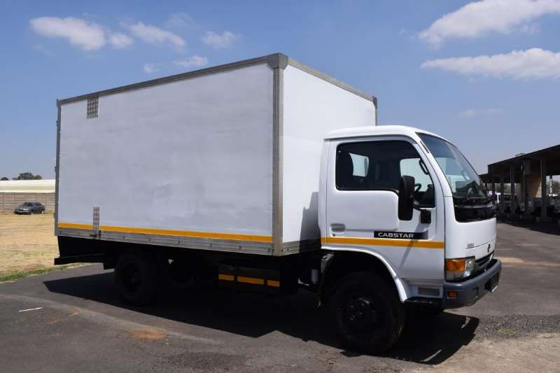 Nissan Closed body UD 40 4TON Truck