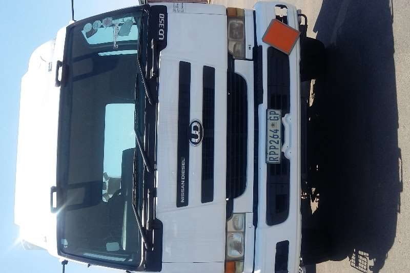 Nissan UD 350 single diff horse truck