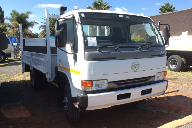 Nissan UD40 Dropside with Tail Lift